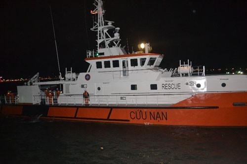 Đưa ngư dân bị nạn ở Hoàng Sa vào bờ cấp cứu - ảnh 1