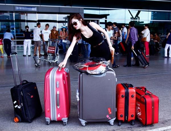 Chân dài đoạt giải bạc Siêu mẫu Việt Nam 2011 Ngọc Oanh đang xếp lại số va li to nhỏ trước khi vào sân bay làm thủ tục sang Thái Lan.