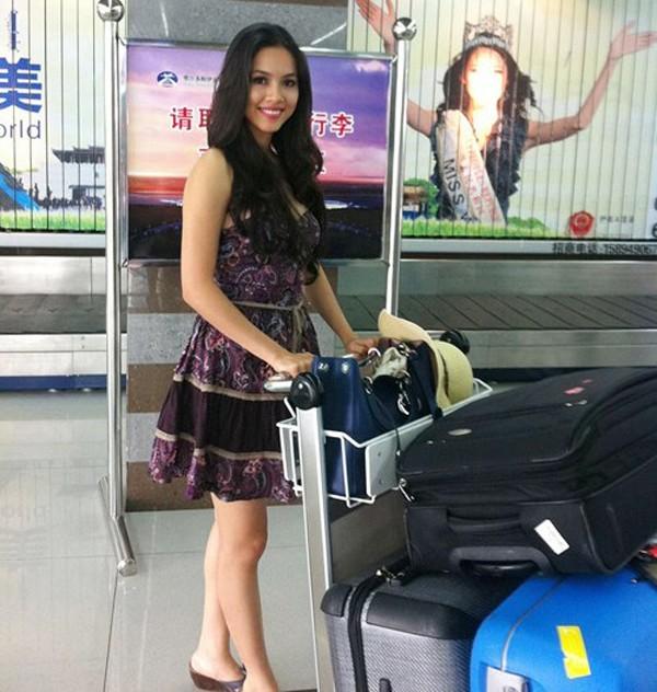 Tới Trung Quốc dự thi Miss World 2012, Hoàng My phải mang theo số hành lý lên đến 100kg bao gồm đầy đủ những vật dụng và trang phục cần thiết.