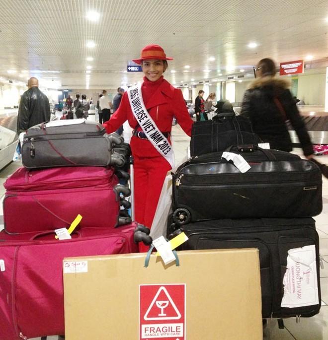 Tại phi trường, người đẹp Trương Thị May không chỉ nổi bật nhờ trang phục mà còn vì số hành lý khổng lồ cần tới vài người quản lý mà cô mang theo cho cuộc thi Miss Universe 2013.