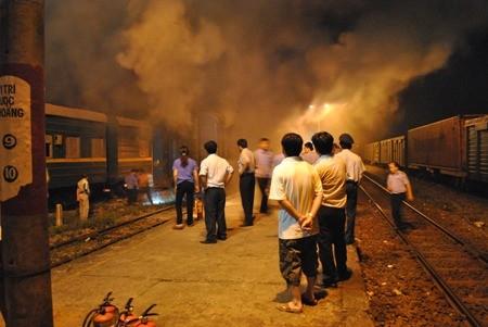 Ngọn lửa bốc lên từ toa cuối chở hàng của tàu khách chạy từ Hà Nội vào