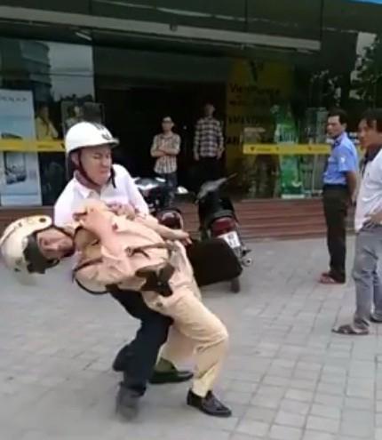 Tạm giam thanh niên không chấp hành hiệu lệnh, hạ gục CSGT trên đường - ảnh 2