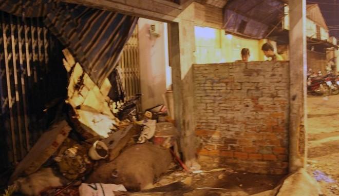 Xe máy tông sập tường nhà dân ở TP.HCM, tài xế chết tại chỗ - ảnh 1