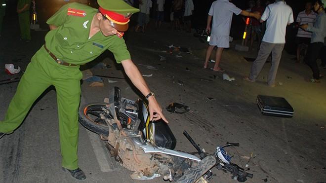 Một xe máy phần trước của xe bị nát bét.