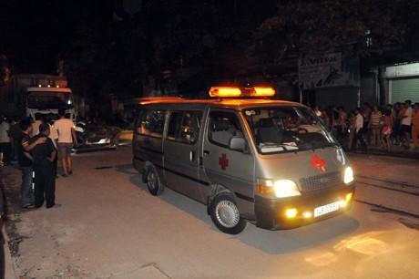 Xe ô tô đưa thi thể nạn nhân rời khỏi hiện trường.