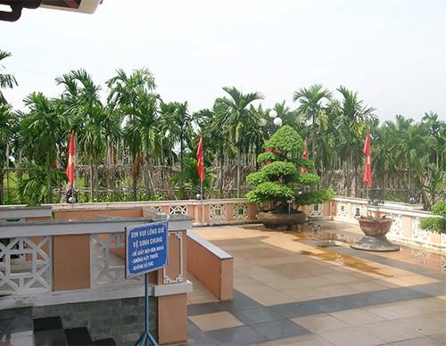 Chùm ảnh Nhà văn viếng thăm Đền Tưởng niệm Ngã Ba Giồng và 18 thôn vườn trầu (3) - ảnh 2