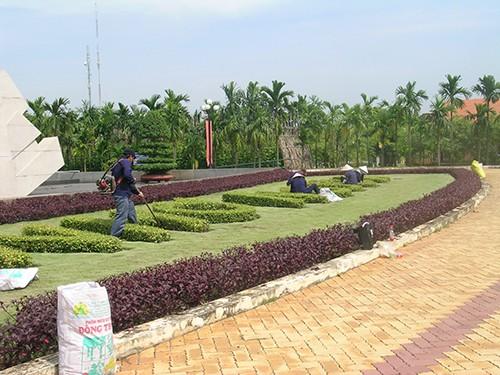 Chùm ảnh Nhà văn viếng thăm Đền Tưởng niệm Ngã Ba Giồng và 18 thôn vườn trầu (3) - ảnh 6