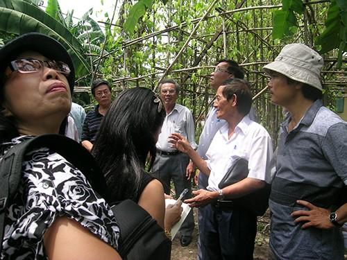 Chùm ảnh Nhà văn viếng thăm Đền Tưởng niệm Ngã Ba Giồng và 18 thôn vườn trầu (3) - ảnh 9