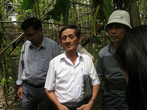 Chùm ảnh Nhà văn viếng thăm Đền Tưởng niệm Ngã Ba Giồng và 18 thôn vườn trầu (3) - ảnh 10