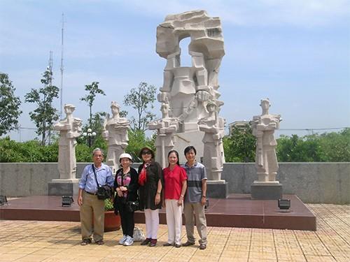 Chùm ảnh Nhà văn viếng thăm Đền Tưởng niệm Ngã Ba Giồng và 18 thôn vườn trầu (3) - ảnh 7