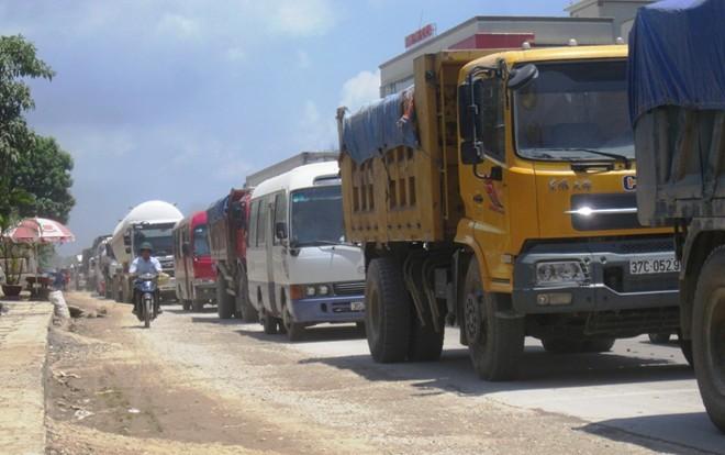 Quốc lộ 1A đoạn qua khu vực xảy ra tai nạn bị ách tắc nghiêm trọng, kéo dài ở cả hai chiều.