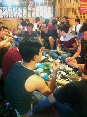 Một quán nhậu trên phố Nguyễn Khang (Cầu Giấy, Hà Nội) đông đúc khách ăn và uống rượu bia khi đã quá 10h30.