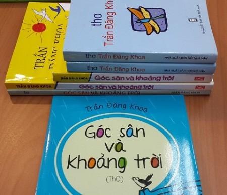 Các bản lậu tập thơ Góc sân và khoảng trời (xếp chồng) và bản in xịn của NXB Kim Đồng (để dọc).