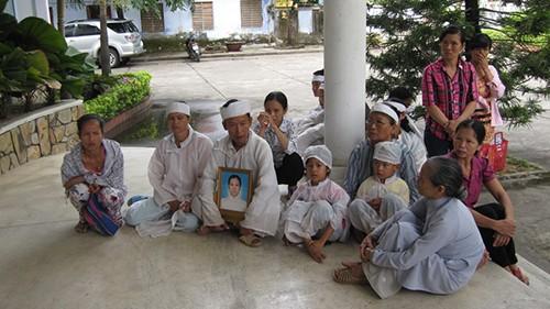 Vụ hai mẹ con sản phụ chết: Gia đình vây Sở Y tế - ảnh 1