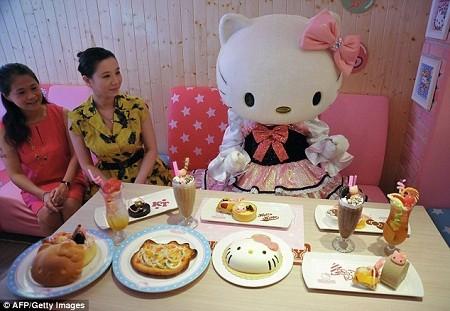 """Hello Kitty bất ngờ được phát hiện ra rằng cô có một gốc gác không hề """"đơn giản""""."""