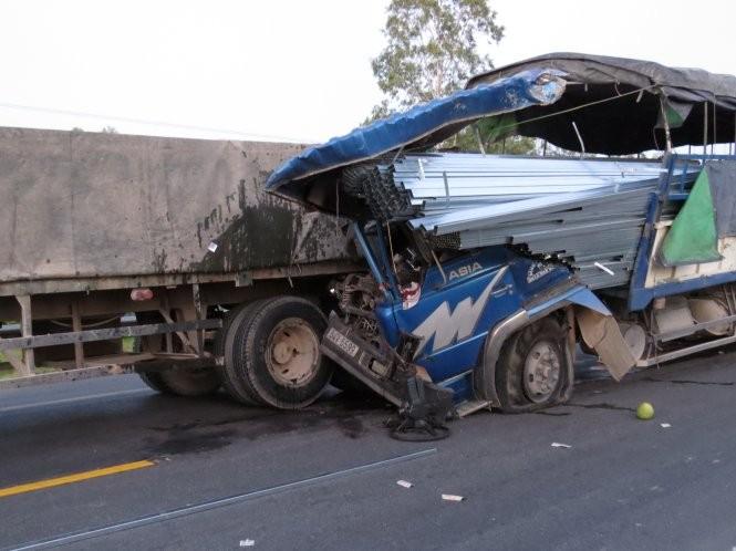 Xe tải đâm đuôi xe tải, phụ xe tử vong - ảnh 2
