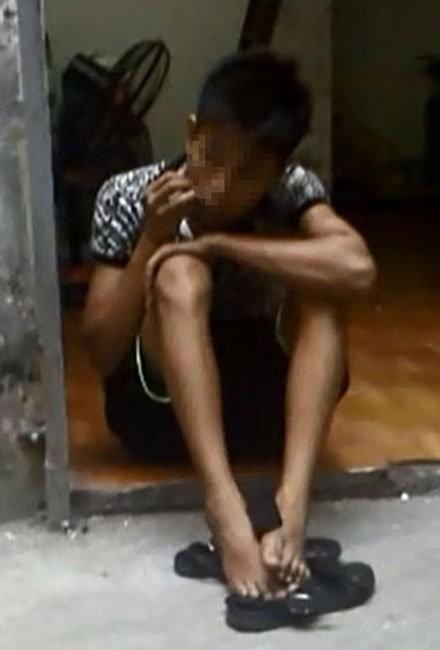 Đ.V.Q., quê Quảng Ninh, một người bán thận, ngồi ở cửa phòng trọ 143/39 Nguyễn Chính, Hà Nội - Ảnh: Đức Phú