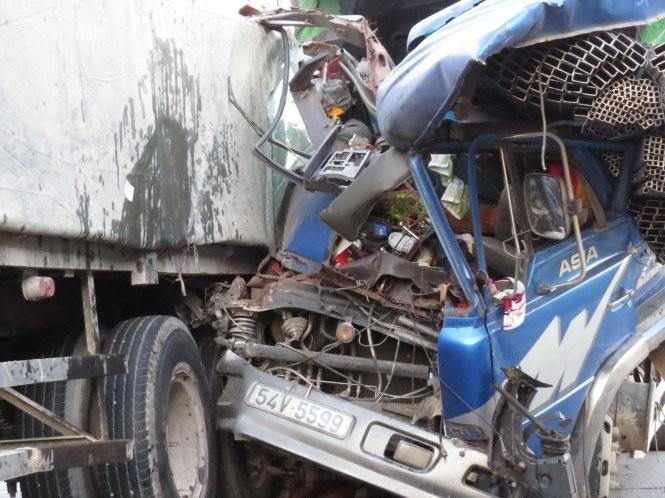 Xe tải đâm đuôi xe tải, phụ xe tử vong - ảnh 1