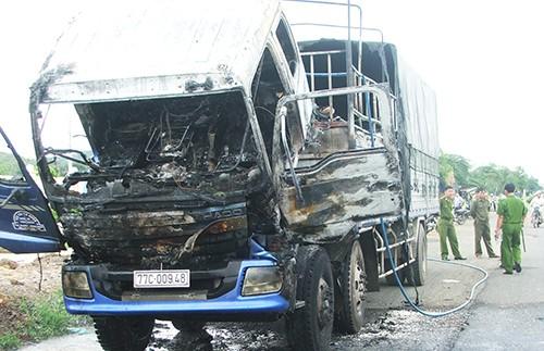 Xe tải đang dừng bỗng bốc cháy - ảnh 1
