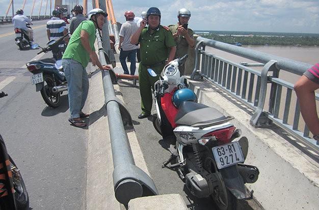 Chiếc xe máy còn lại tại hiện trường - Ảnh: Hoài Thương