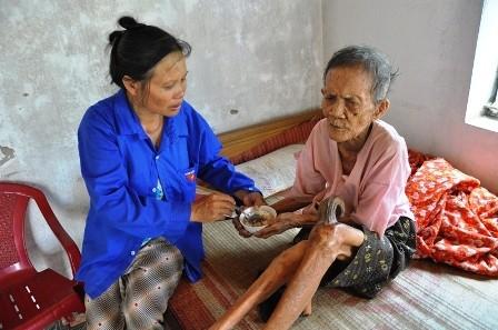 Bà Đoàn Thị Tươi, con gái cụ Ngôn là người duy nhất chăm sóc cụ.