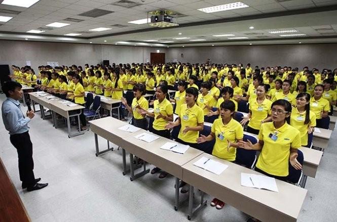 Những nhân viên mới được nhận vào làm việc tại nhà máy phải trải qua những khóa huấn luyện về chuyên môn cũng như về các kỹ năng mềm cần thiết - Ảnh: Nguyễn Khánh