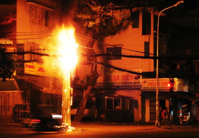 Cột điện phát cháy khủng hoảng, bốn lực lượng ập vào - ảnh 1