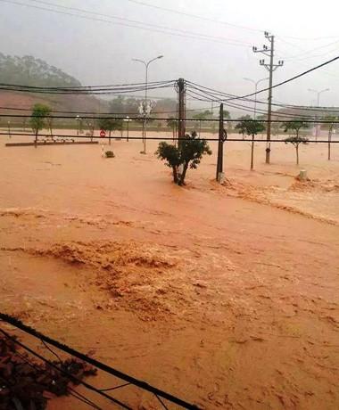 Vỡ đập, một thị trấn ở Quảng Ninh chìm trong biển nước - ảnh 1