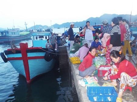 """Khi trời còn chưa sáng, làng chài Bình Ba đã nhộn nhịp, rôm rả tiếng """"người mua kẻ bán""""."""