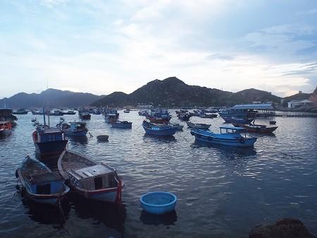 Bình mình trên làng chài Bình Ba.