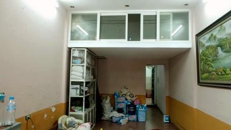Khu vực tầng 1 của nhà nghỉ nơi xảy ra vụ việc.