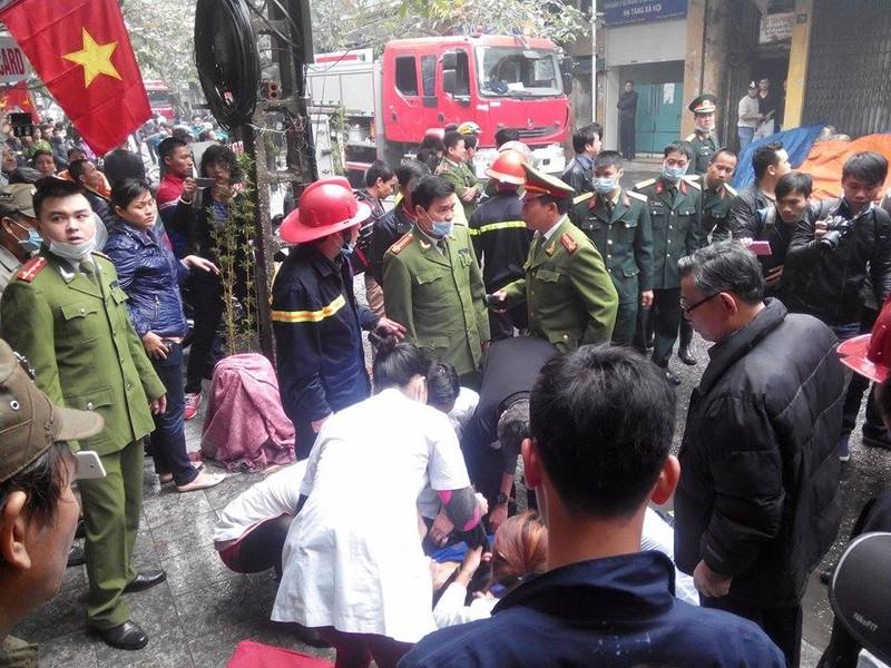 Cháy lớn ở Hà Nội: Huy động hàng trăm cảnh sát  - ảnh 8