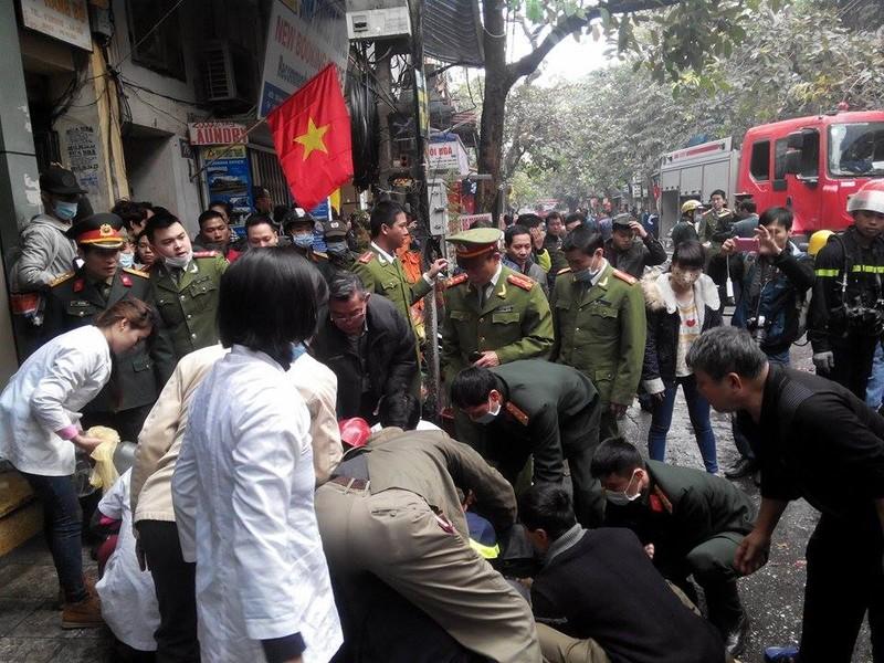 Cháy lớn ở Hà Nội: Huy động hàng trăm cảnh sát  - ảnh 10
