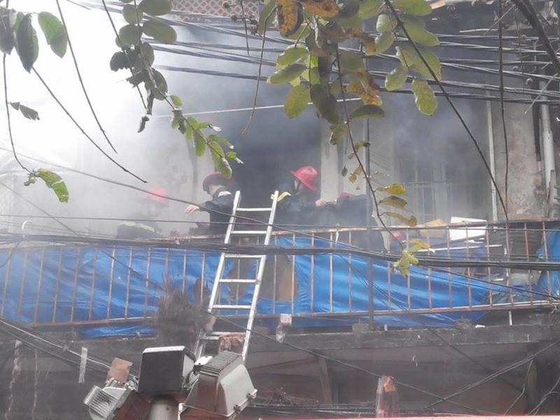Cháy lớn ở Hà Nội: Huy động hàng trăm cảnh sát  - ảnh 11