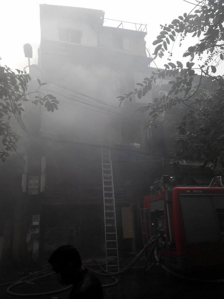Cháy lớn ở Hà Nội: Huy động hàng trăm cảnh sát  - ảnh 1