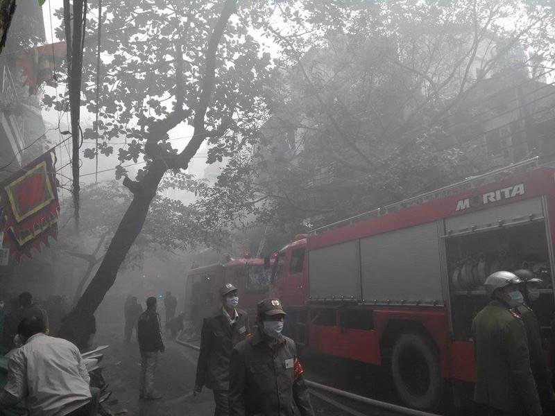 Cháy lớn ở Hà Nội: Huy động hàng trăm cảnh sát  - ảnh 2