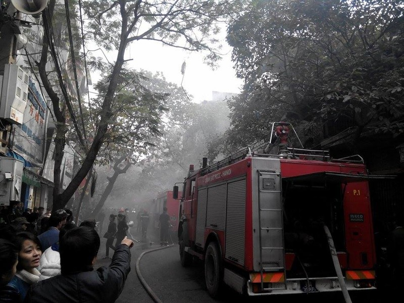 Cháy lớn ở Hà Nội: Huy động hàng trăm cảnh sát  - ảnh 3