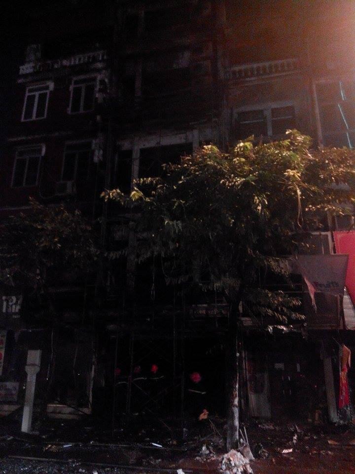 Cháy lớn ở Hà Nội: Huy động hàng trăm cảnh sát  - ảnh 4