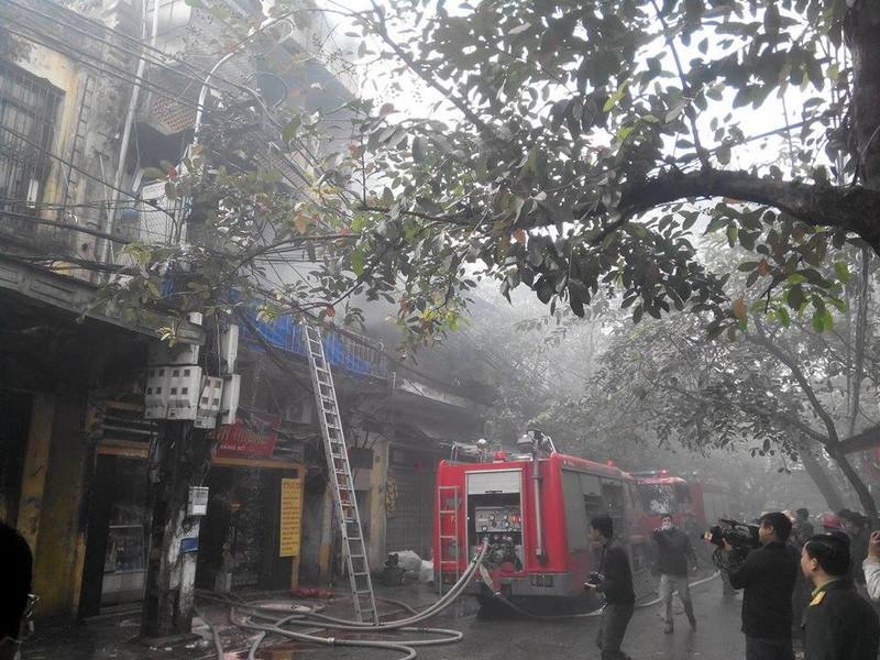 Cháy lớn ở Hà Nội: Huy động hàng trăm cảnh sát  - ảnh 5