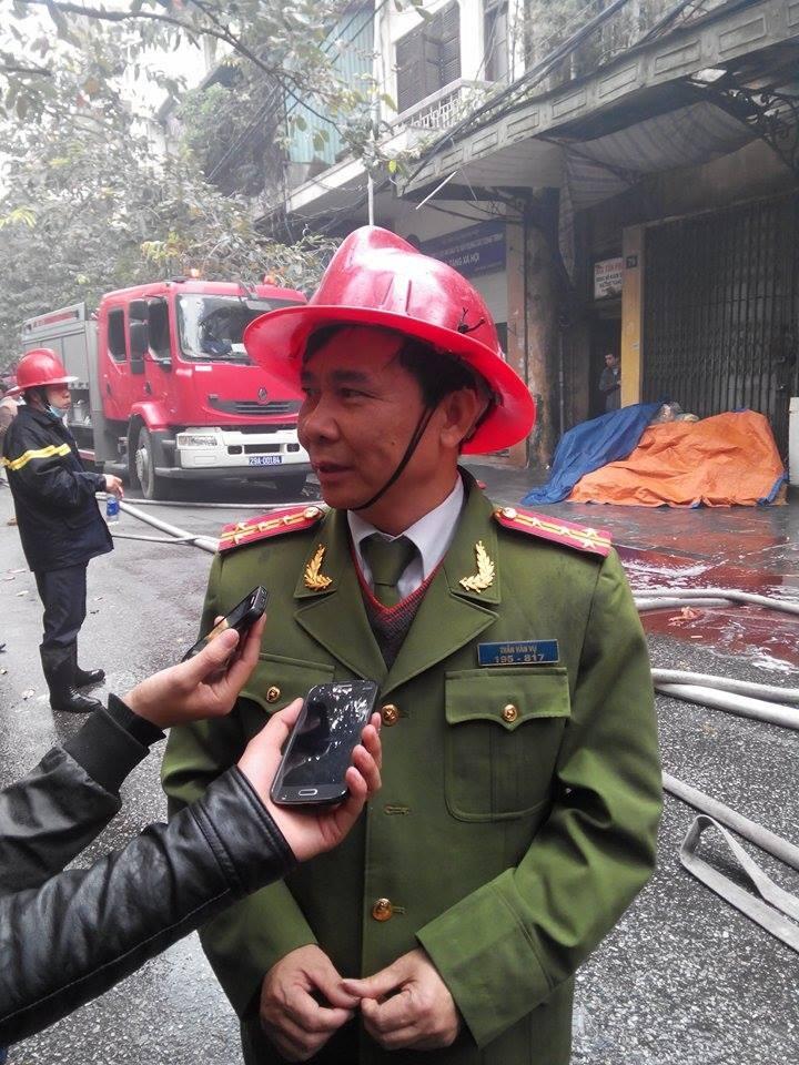 Cháy lớn ở Hà Nội: Huy động hàng trăm cảnh sát  - ảnh 12