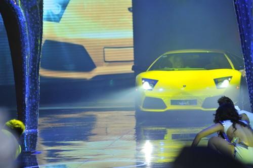 Hình ảnh Hồ Ngọc Hà mang siêu xe lên sân khấu số 1