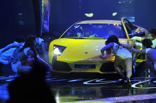 Hình ảnh Hồ Ngọc Hà mang siêu xe lên sân khấu số 2