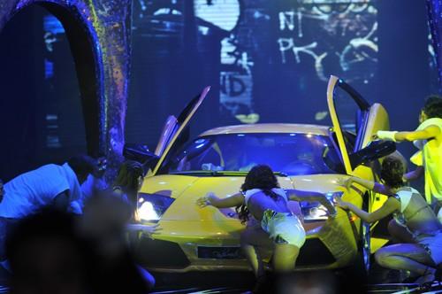 Hình ảnh Hồ Ngọc Hà mang siêu xe lên sân khấu số 3