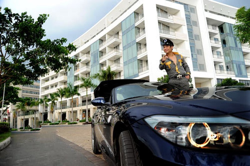 Không chỉ thế, Ngọc Sơn còn khoe trước báo giới chiếc BMW mui trần hai cửa của mình. Chiếc xe này được cho có giá cũng tầm 5 tỷ.