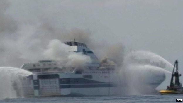 Chiếc phà bốc cháy ngùn ngụt - Ảnh: BBC