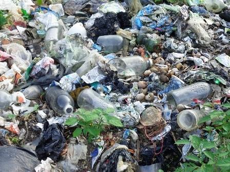Rác thải y tế cũng nằm la liệt tại bãi rác mà không được xử lý.
