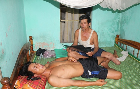 Anh Cương nằm điều trị tại nhà một thời gian dài sau khi nhập viện vì bị 3 công an đánh vô cớ