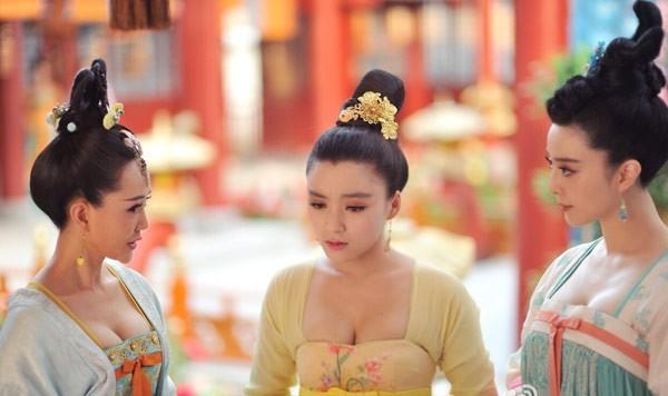 Diễn viên đóng vai Văn Nương là Vương Á Nam (giữa), cô gái được chú ý cách đây không lâu khi tiết lộ mình là người chuyên đóng thế cho Phạm Băng Băng (phải) kể từ bộ phim điện ảnh Một đêm vui bất ngờ.
