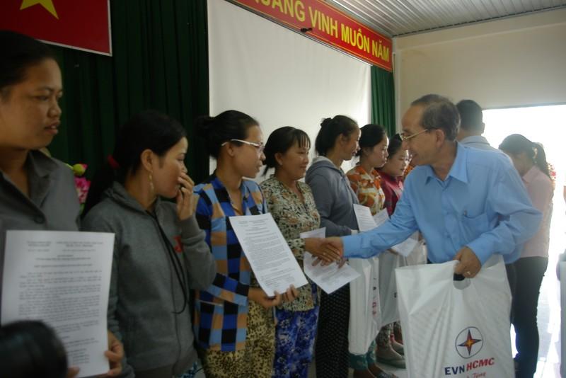 EVN HCMC trao 73 căn nhà tình thương cho xã đảo Thạnh An - ảnh 1