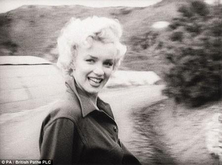 Marilyn Monroe trong chuyến đi tới Hàn Quốc năm 1954.